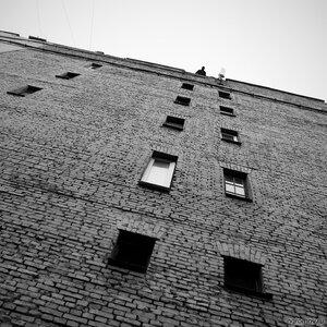 Вверху (монохром, окно)