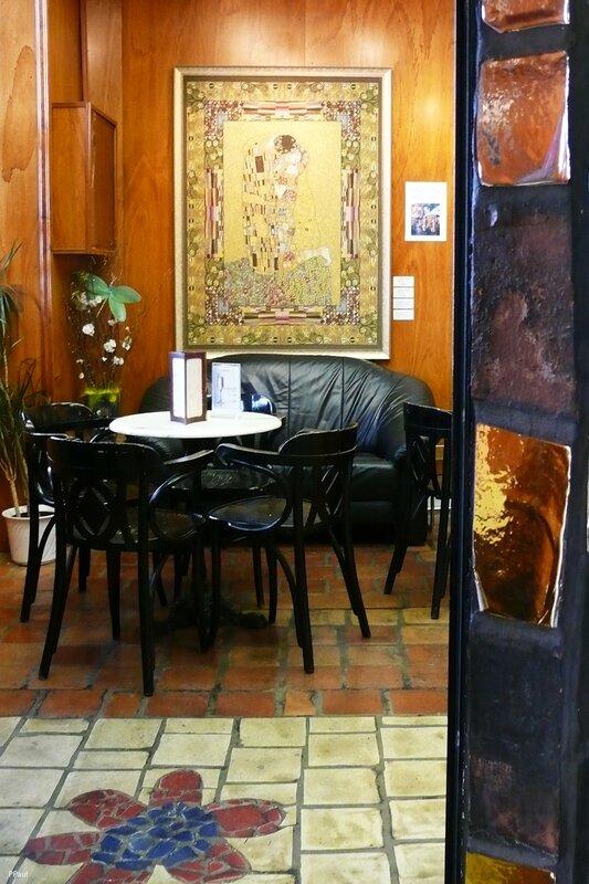 """Хундертвассер Village. Кафе, в одном из уголков висит репродукция картины Климта """"Поцелуй"""" - еще один символ, который можно часто встретить в Вене."""