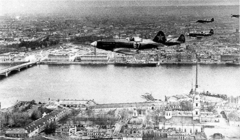 Истребители МиГ-3 над Петропавловской крепостью