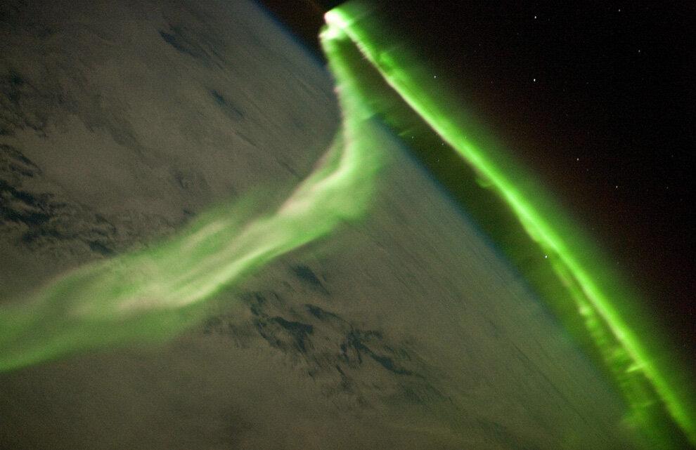 Южное полярное сияние над Землей.