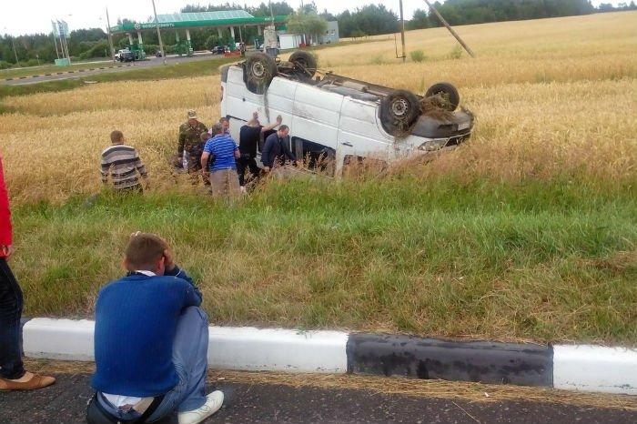 В Гомельском районе столкнулись два микроавтобуса - один из них перевернулся