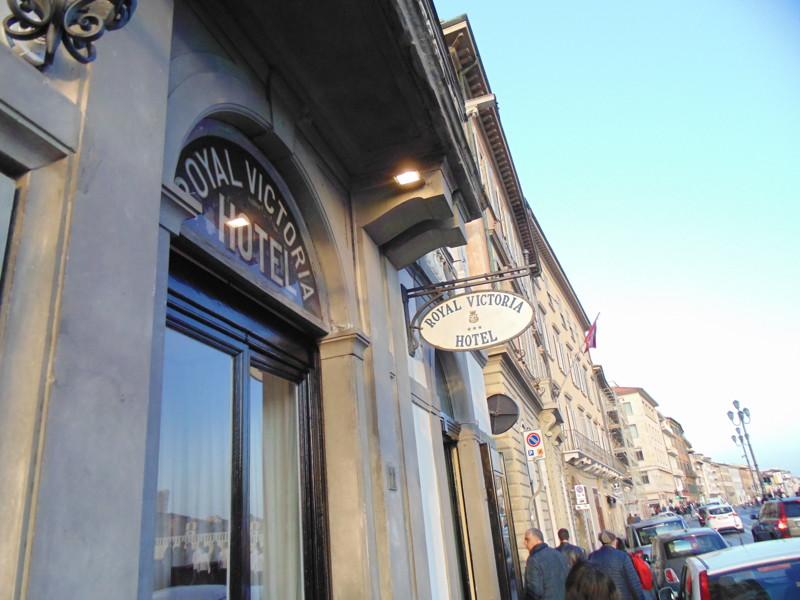 В Пизе снял отель Роял Виктория, с виду нормально. Но когда попал в номер то испытал исторический шо
