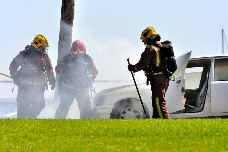 Полицейские потушили загоревшийся на дороге автомобиль.