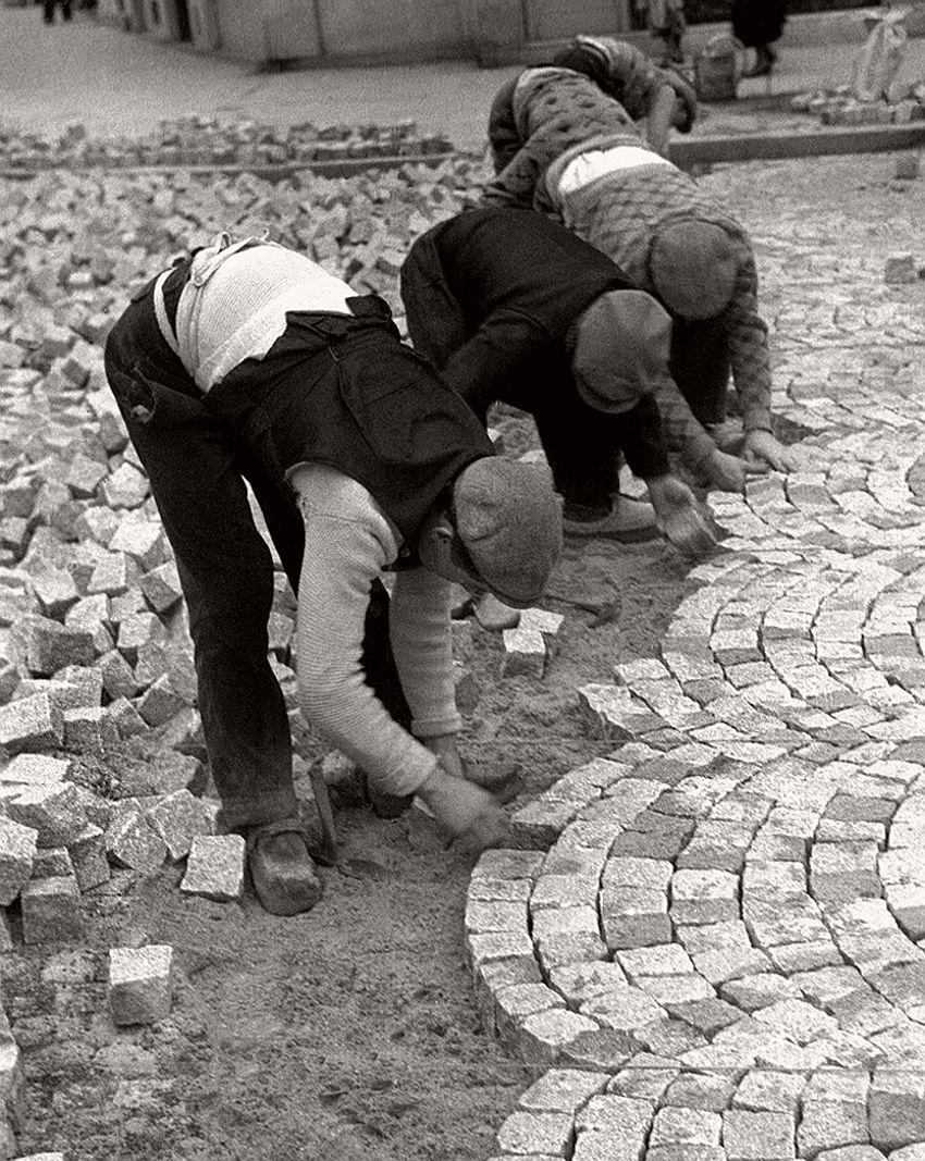 1936. Мощение улицы
