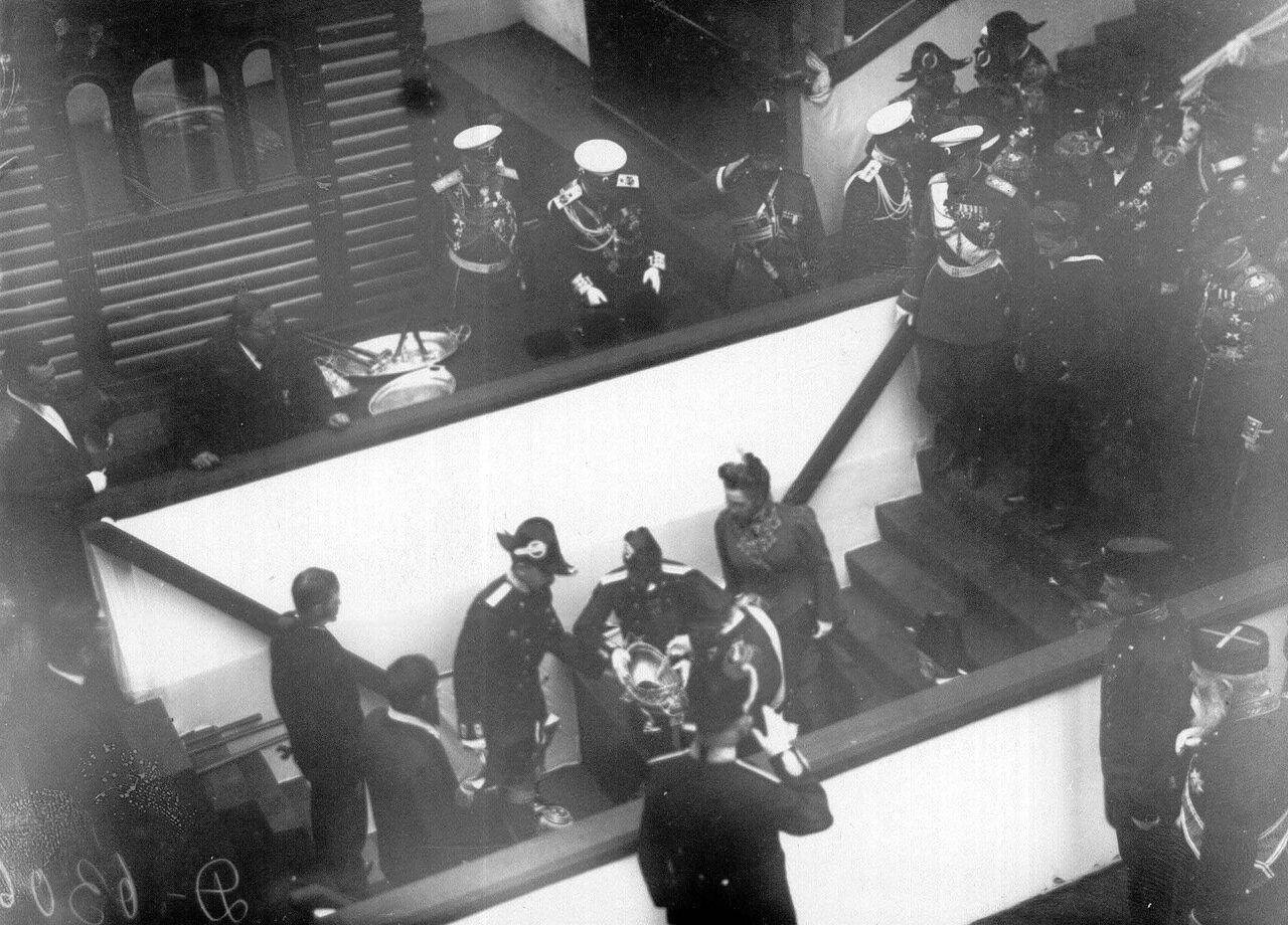 10. Император Николай II и сопровождающие его лица отправляются на осмотр транспорта. 1909