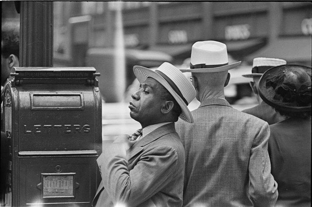 1946. Человек поправляет галстук