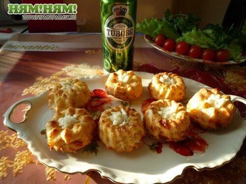 Соленые кексы с беконом и сыром к пиву