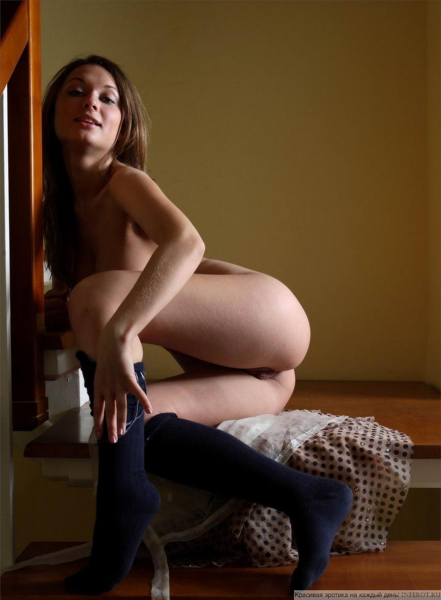 Девушка с большой и соблазнительной грудью разделась на лестнице (18 фото)