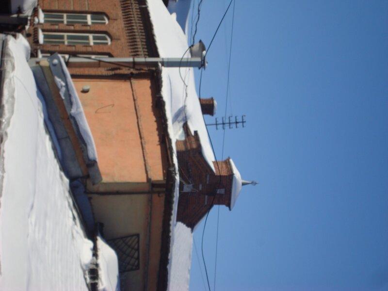 Верх здания на западе комплекса