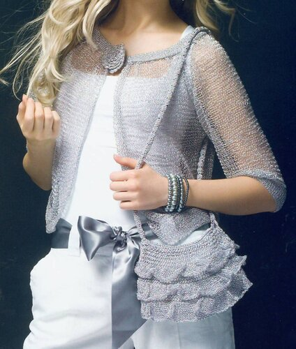Женская серебристая сумочка, связанная спицами