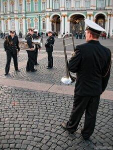 Люди в черном (военный, труба, Эрмитаж)