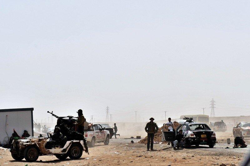 Libyan rebels flee from the battle field