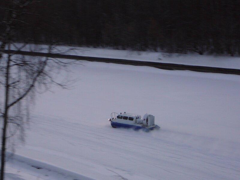 Судно на воздушной подушке на льду канала имени Москвы