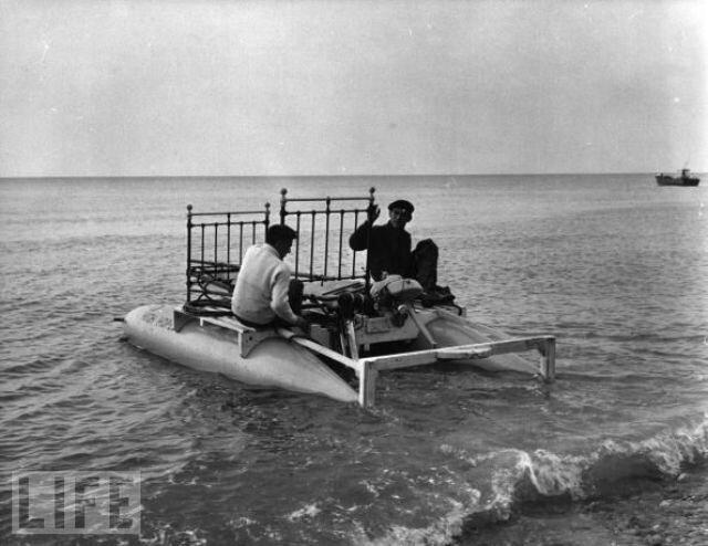 Двое мужчин  на борту плавающей кровати в море возле Дувр, Англия (Dover, England), готовятся пересечь Ла-Манш.