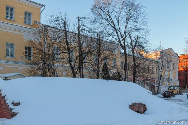 Флигели Лефортовского дворца и ледник, Лефортовский дворец