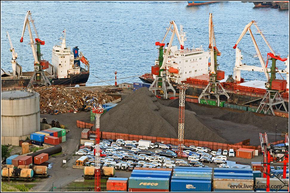 В порту видно, чем Россия торгует на востоке: вывозим металлический лом, ввозим подержанные автомобили