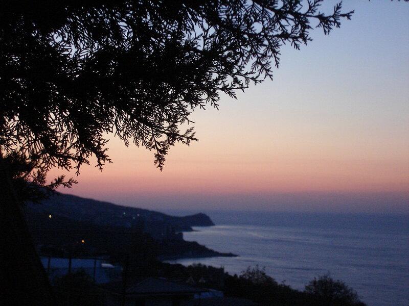 Крым,Алупка,весеннее сиреневое утро