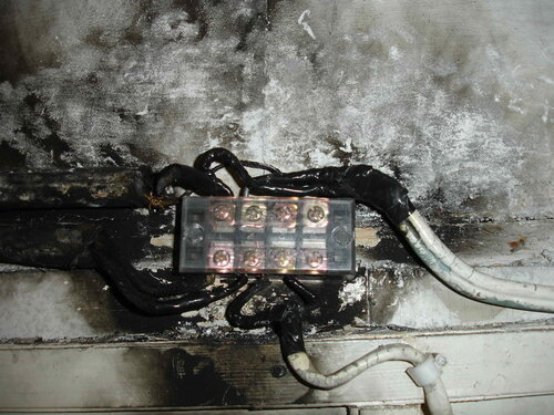 Фото 19. В качестве альтернативы  распределительной коробке установлена клеммная колодка с крышкой. Повреждённая изоляция проводов восстановлена с помощью изоленты.