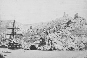 10. «Леандер» и другие корабли у входа в Балаклавскую бухту. Отдаленный вид на башни крепости Чембало. Сентябрь 1855