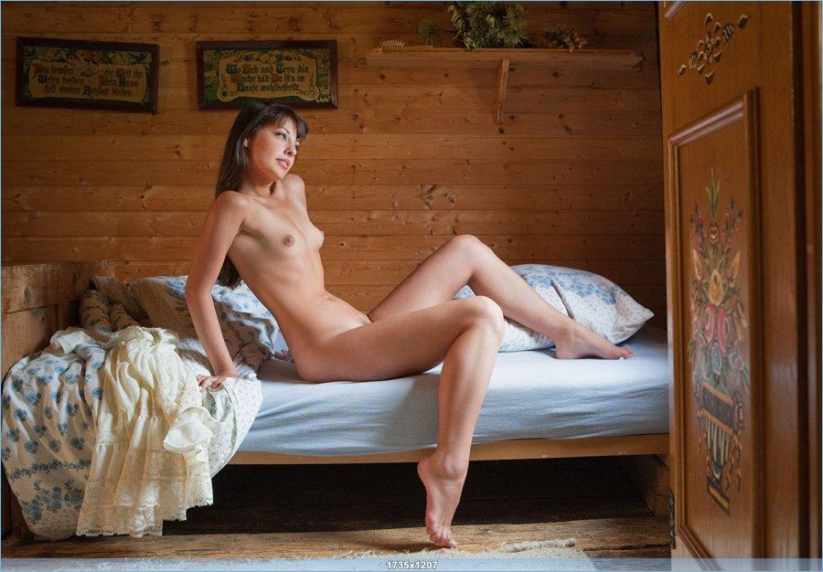 Утренняя эротика позитивной красавицы в постели (17 фото)