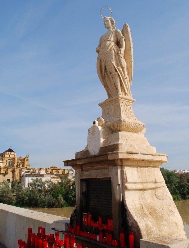 Кордоба,статуя архангела Рафаила
