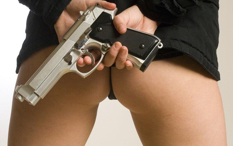 девушка с голой попой и пистолетом