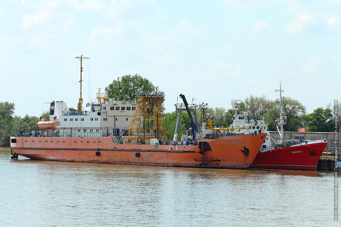 Рыбодобывающее обрабатывающее судно Изыскатель-3 и траулер Изыскатель-2