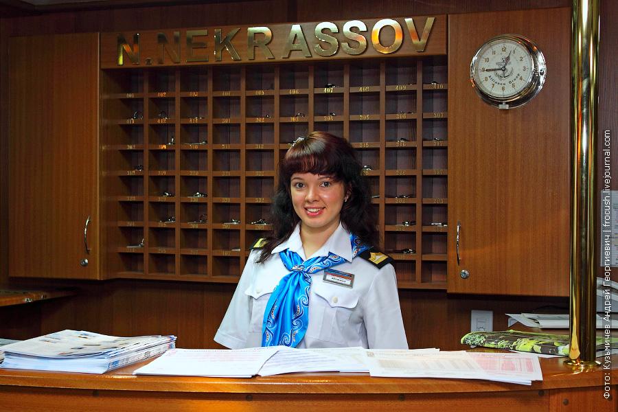 Юлиана за стойкой регистрации туристов теплохода «N.NEKRASSOV»