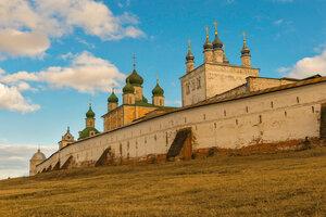 У древних стен монастыря