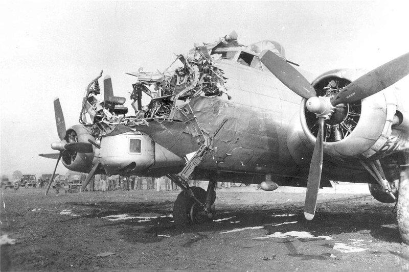 Американский бомбардировщик B-17 номер 43-38172, тяжело поврежденный во время рейда на Германию