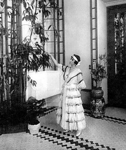 Матильда Кшесинская в зимнем саду своего особняка 1916.jpg
