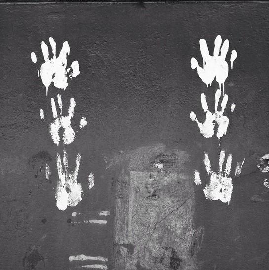 отпечатки рук на стене