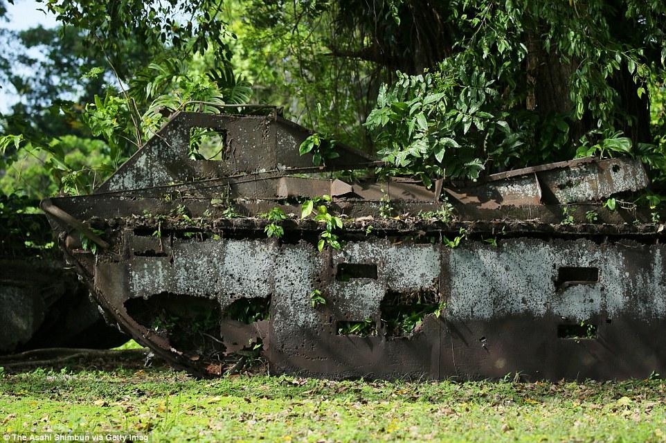 Обломки американских вездеходов-амфибий в джунглях Гуадалканала.