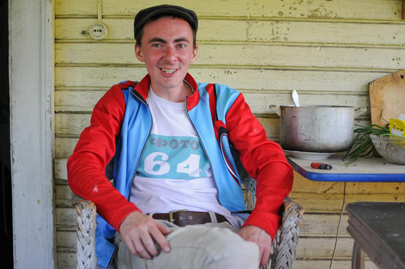 Фотограф четыре года снимал, что происходит на лавочке в украинском дворе (38 фото)