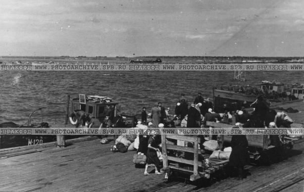 Разгрузка багажа эвакуируемых на пирсе. Июль 1942 г.