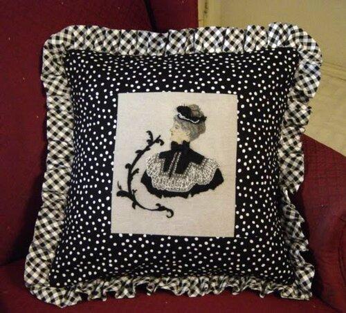 Подушки декорированные кружевом