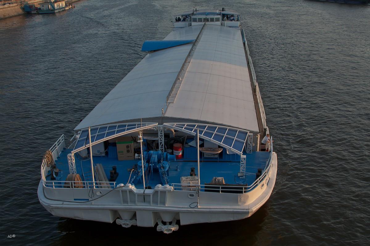 Сухогруз типа «Ока» переоборудованный (накрыли палубу брезентом) в прогулочное судно. Дешево и сердито.