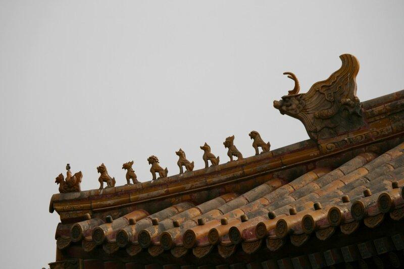 Фигурки мифических животных на крыше