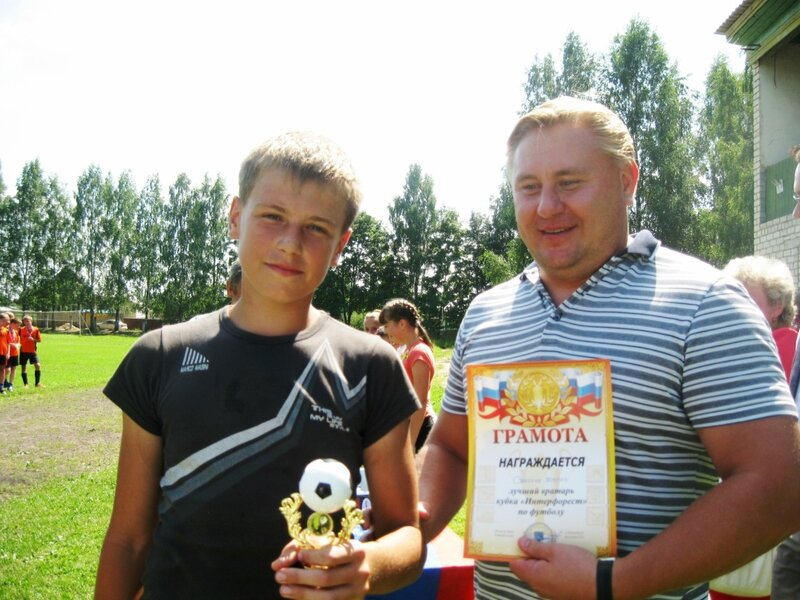 А.С. Сальников вручает приз лучшему вратарю турнира Светлову Кириллу