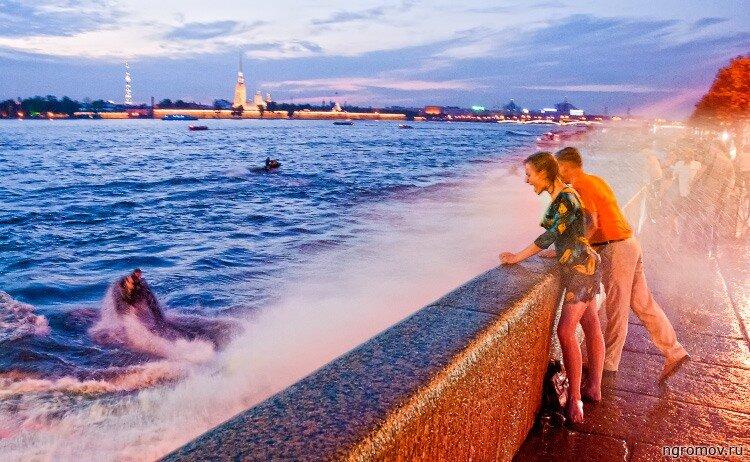 Жаркой ночью (аквабайк, брызгиПетропавловская крепость, набережная, Нева, ночь, пара, Петербург)