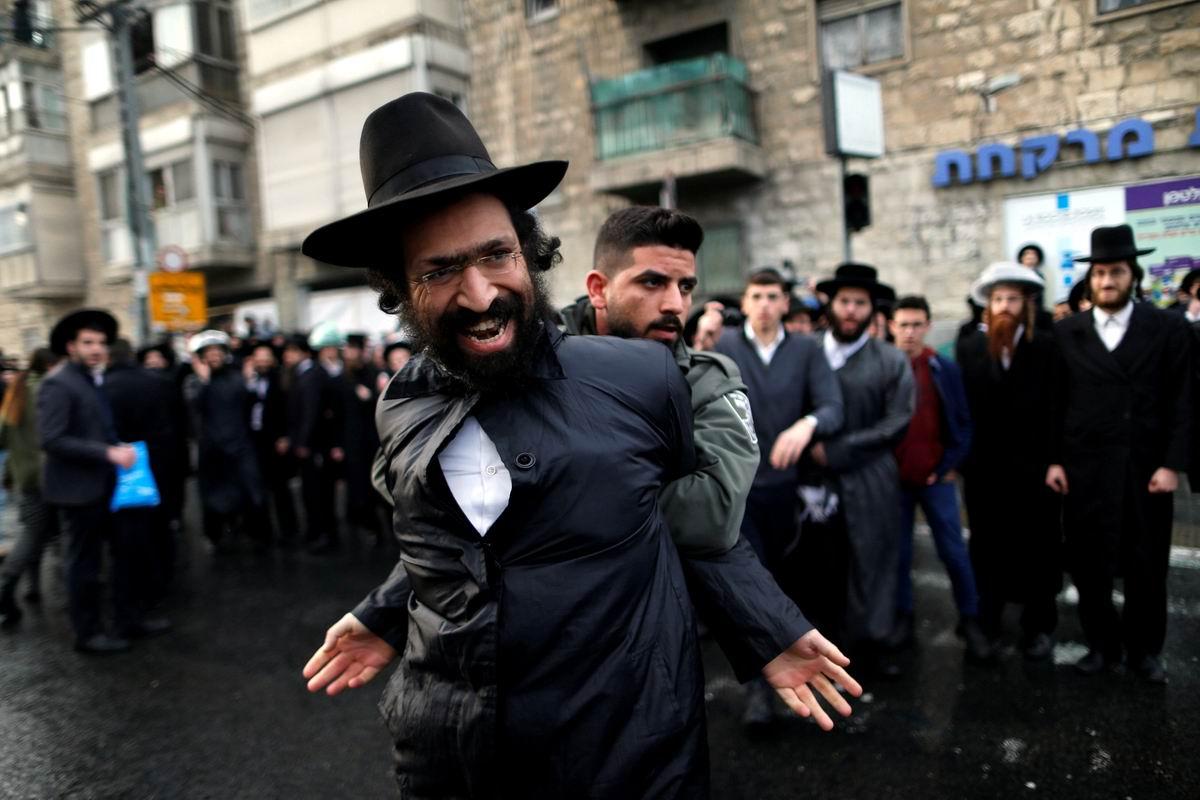 Держите меня крепче: Разбушевавшийся еврейский ультра ортодокс и солдат пограничной полиции