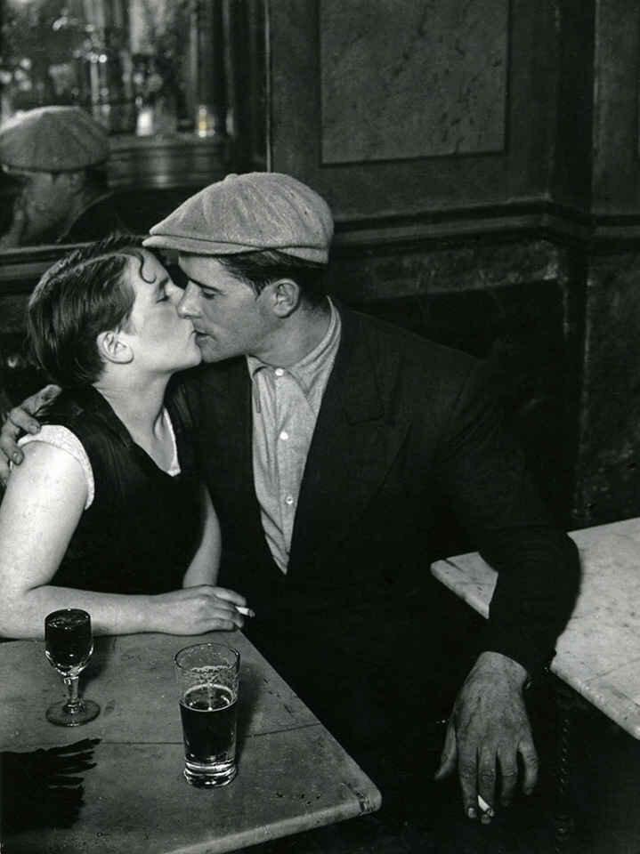 1930. Влюбленные во французском бистро на улице Сен-Дени