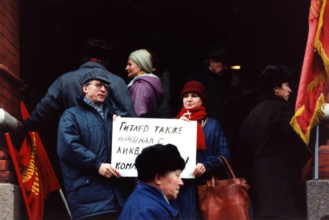 09. Протестующие возле музея Ленина