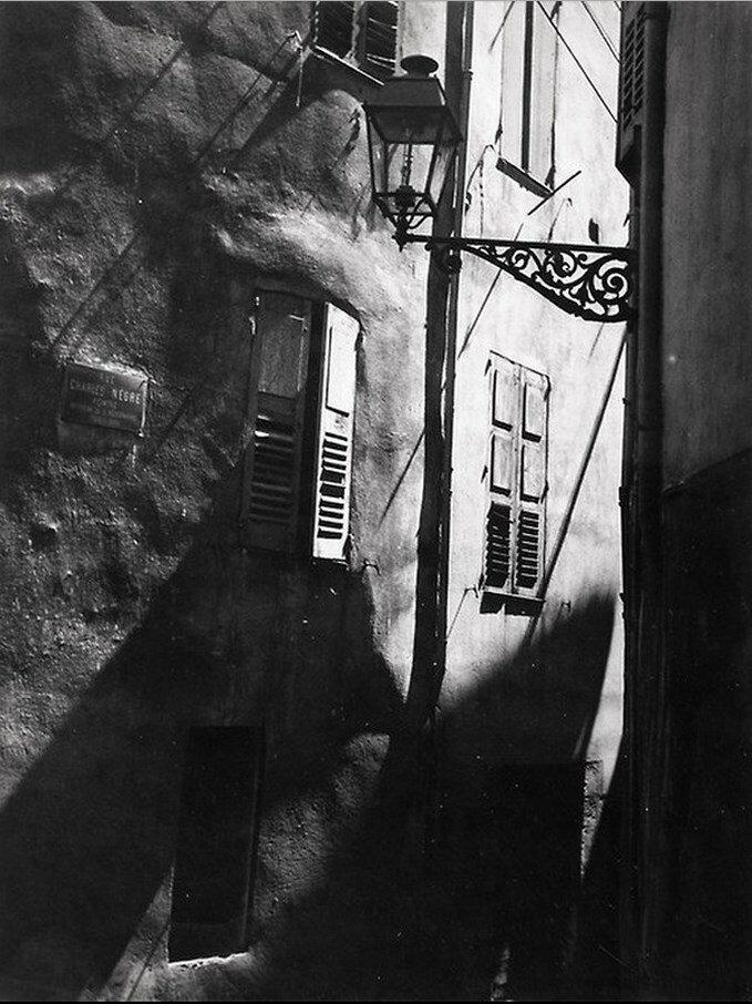 1933. Грас