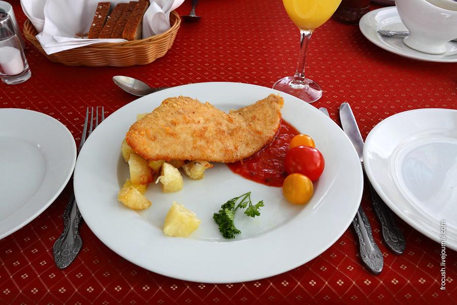 Шницель куриный по-милански (в сухарях с сыром), соус пикантный. Картофель запеченный.