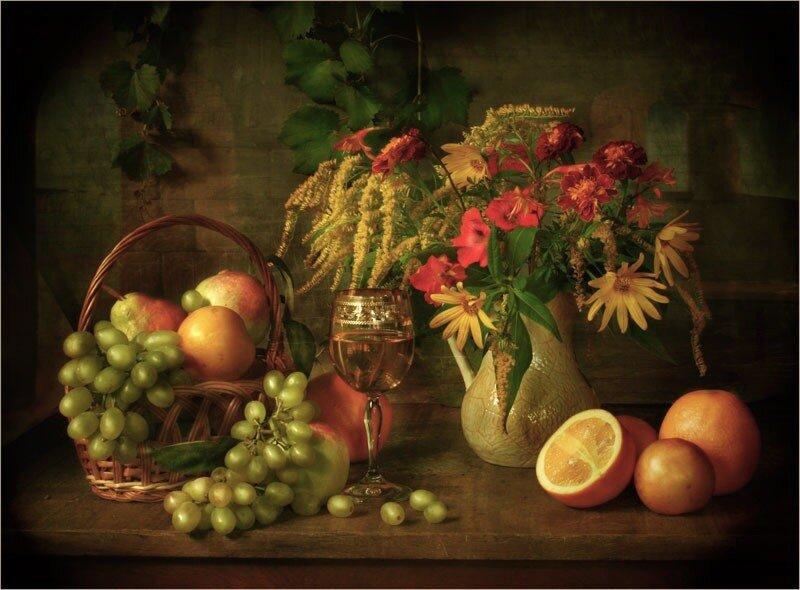 С фруктами и осенними цветами