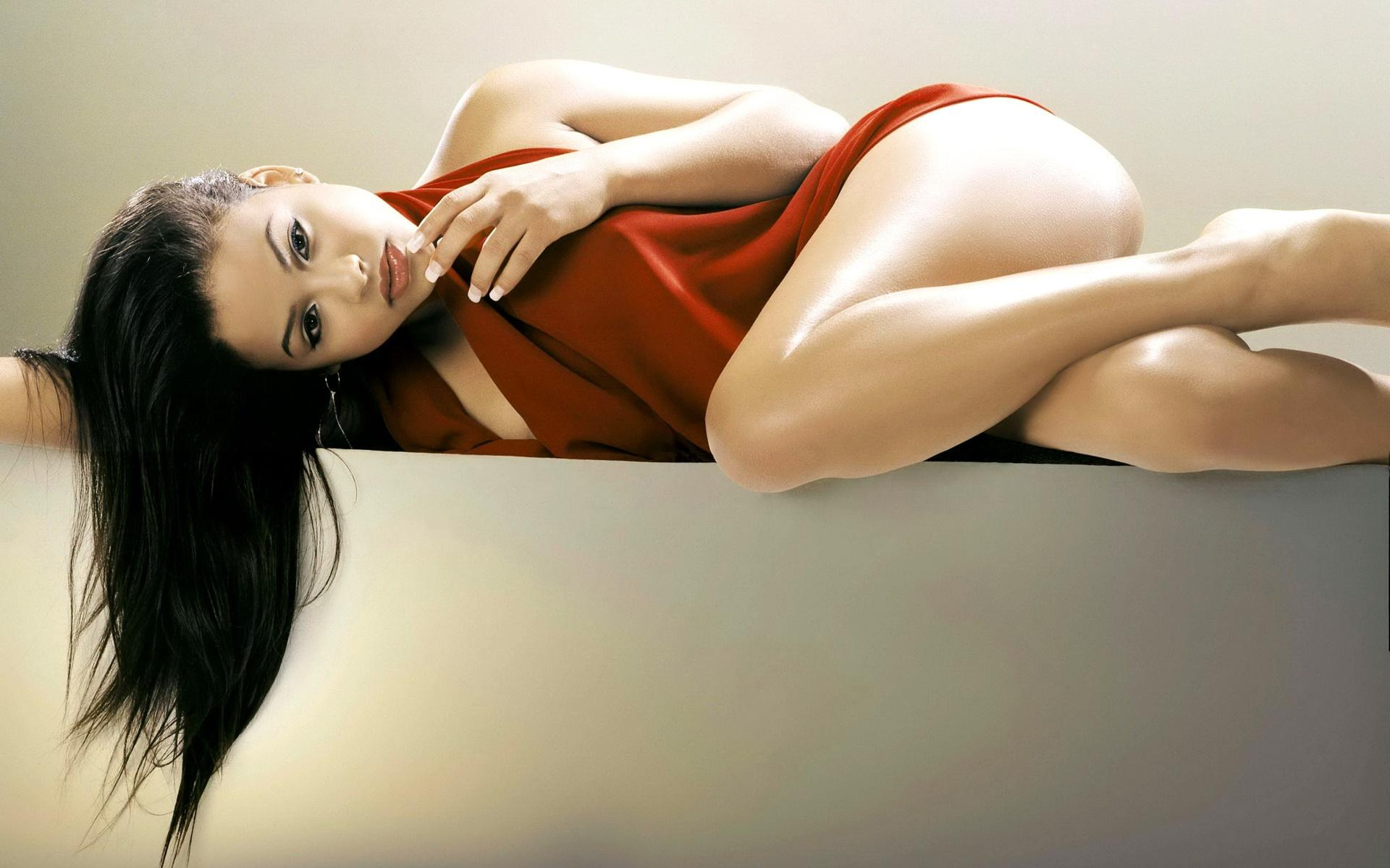 азиатская девушка в красном платье