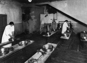 Две ученицы подготавливают баню для купания детей.