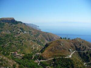 Вид на серпантин дорог с Castelmola.