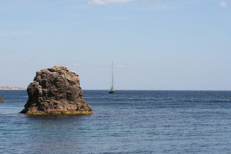 Камень, яхта, горизонт